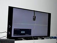 Kalibriergerät angebracht an der Front eines 4K-TV im Sony Center