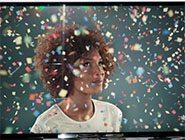 Frau unter Konfettiregen in 4K TV